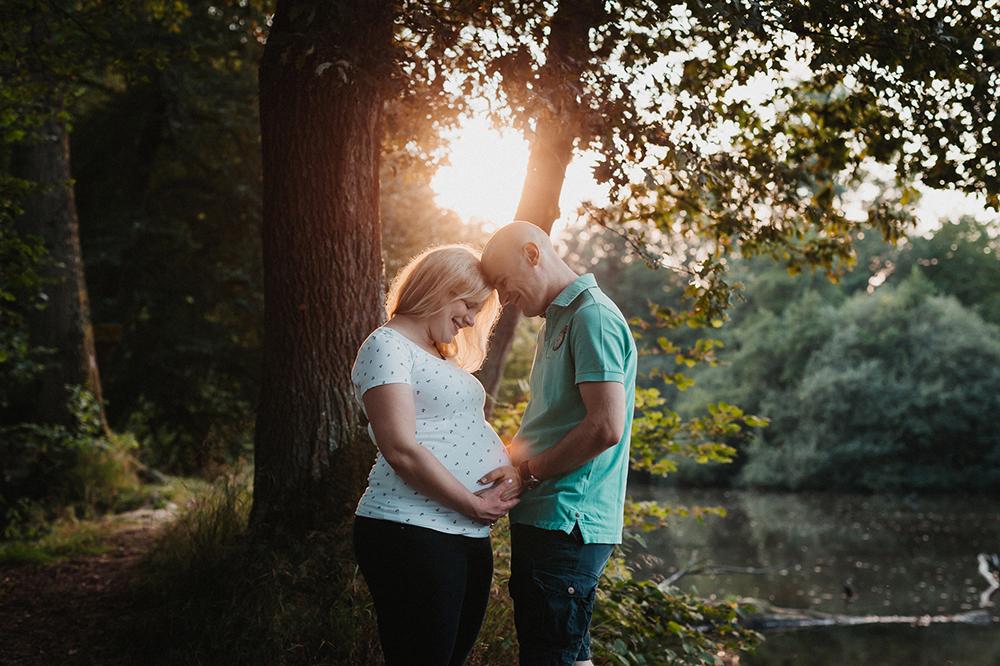 Babybauchfoto: Glückliches Paar am See